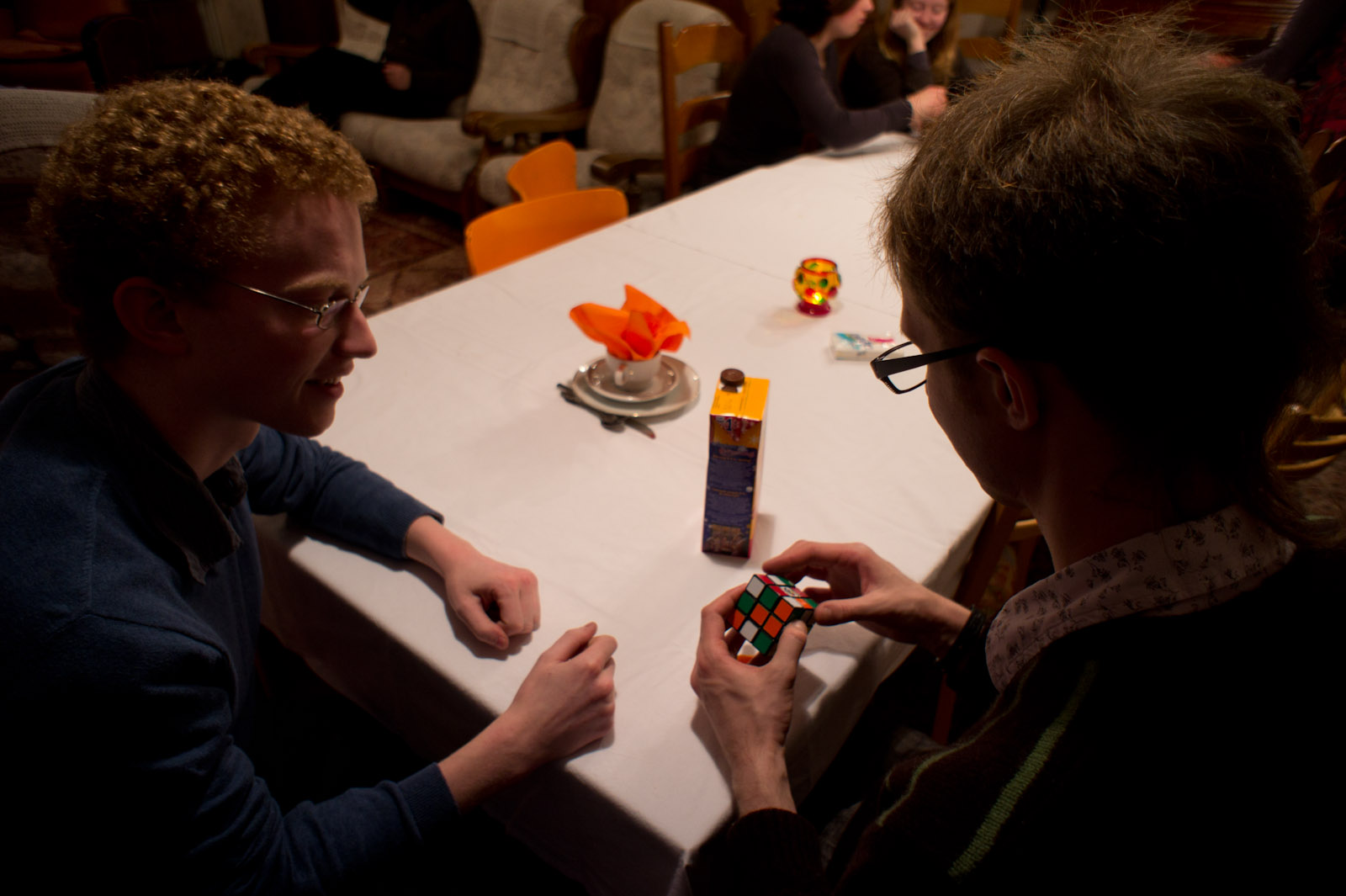 Roeland teaches Bronek to play Rubik