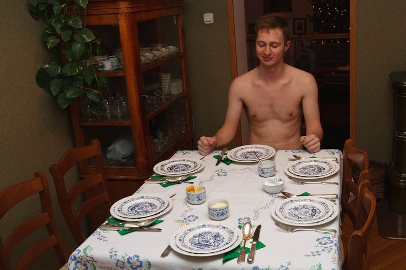 Bronek zit klaar voor de Kerstmis dinner