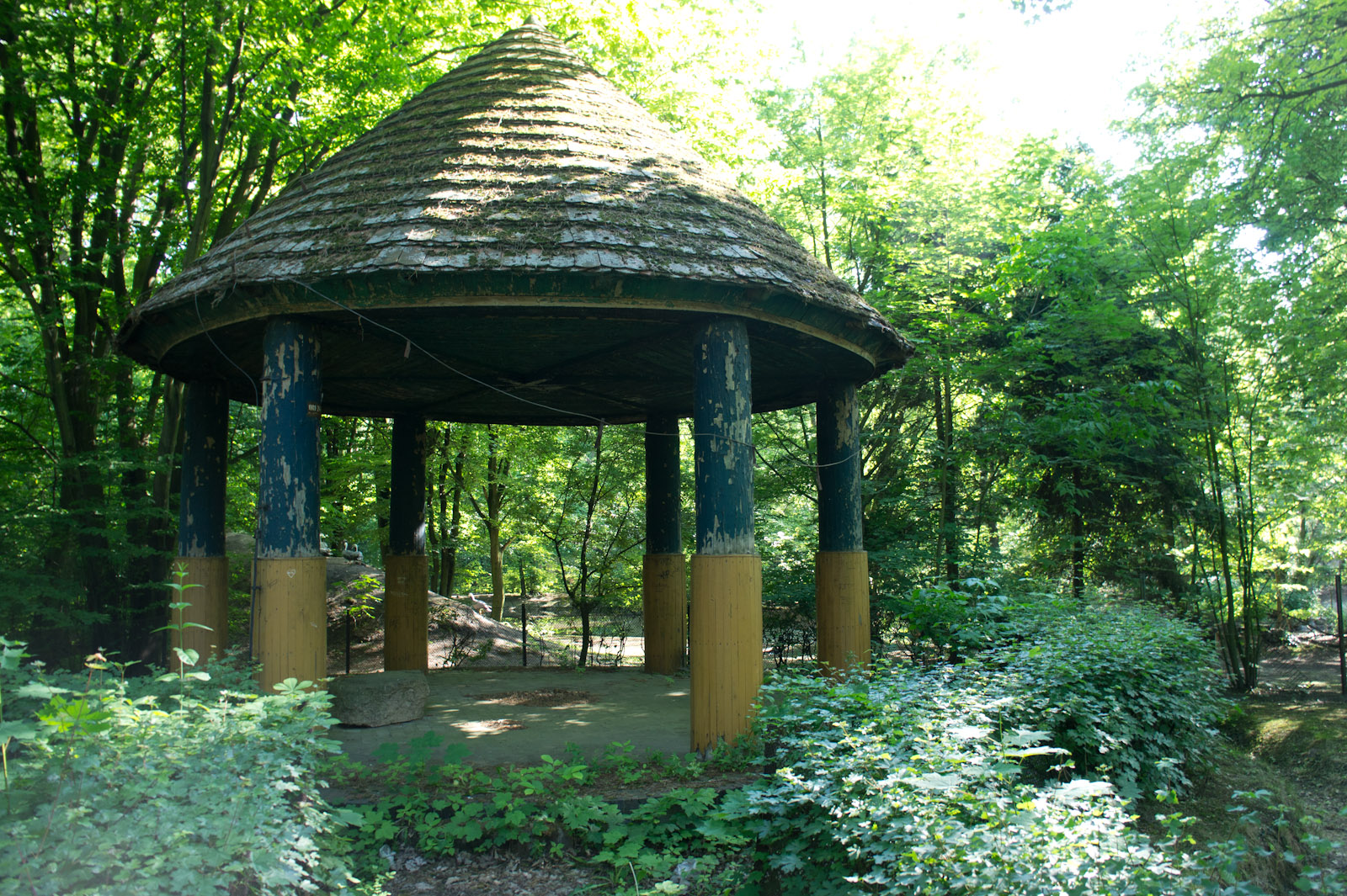 The historical gazebo in the zoo of Łódź is getting well neglected