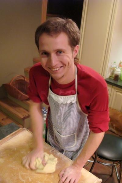Bronek aan het maken van de deeg voor pierogi