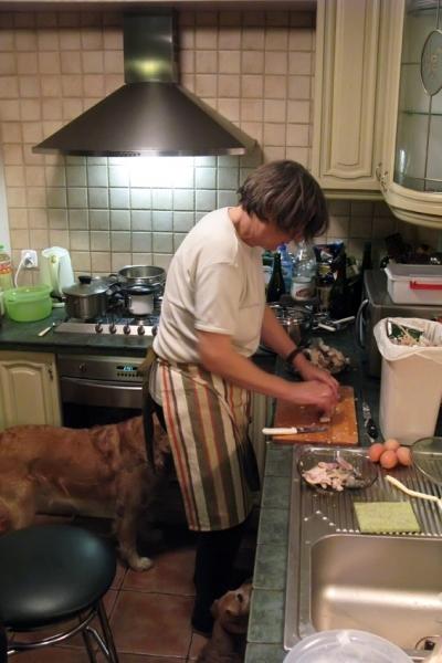 Mama van Bronek is kerstvis aan het prepareren