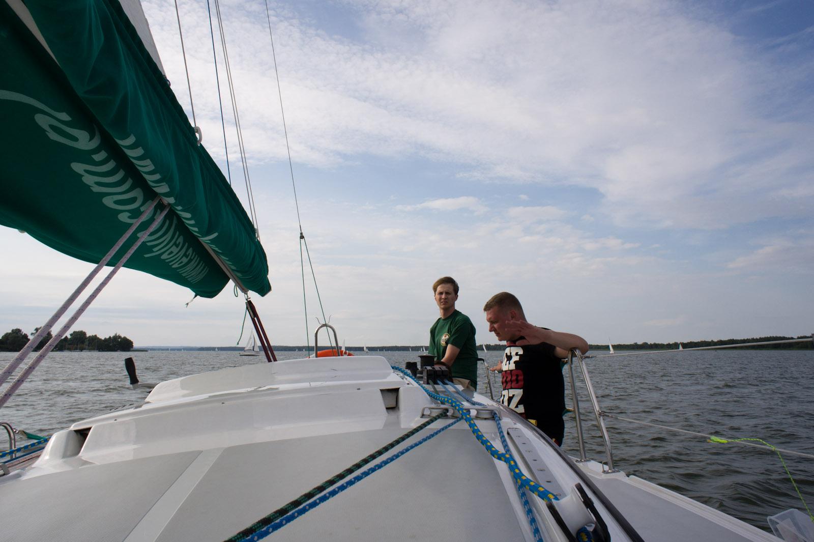Bronek en łukasz op Tałty meer, Mazurië, Polen