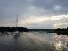 [:en]Still lookin for a nice mooring at beatiful Seksty Bay[:pl]Wciąż szukamy ładnej bindugi na pięknej zatoce Kaczerajno[:nl]Nog altijd op zoek naar een moorplaats op de mooie baai Kaczerajno