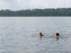 Łukasz en Paula zwemmen in baai Kaczerajno