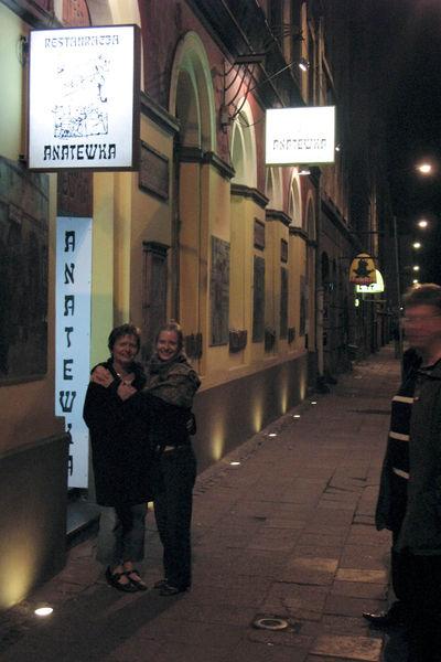 Hanne en haar moeder buiten het joods restaurant Anatewka