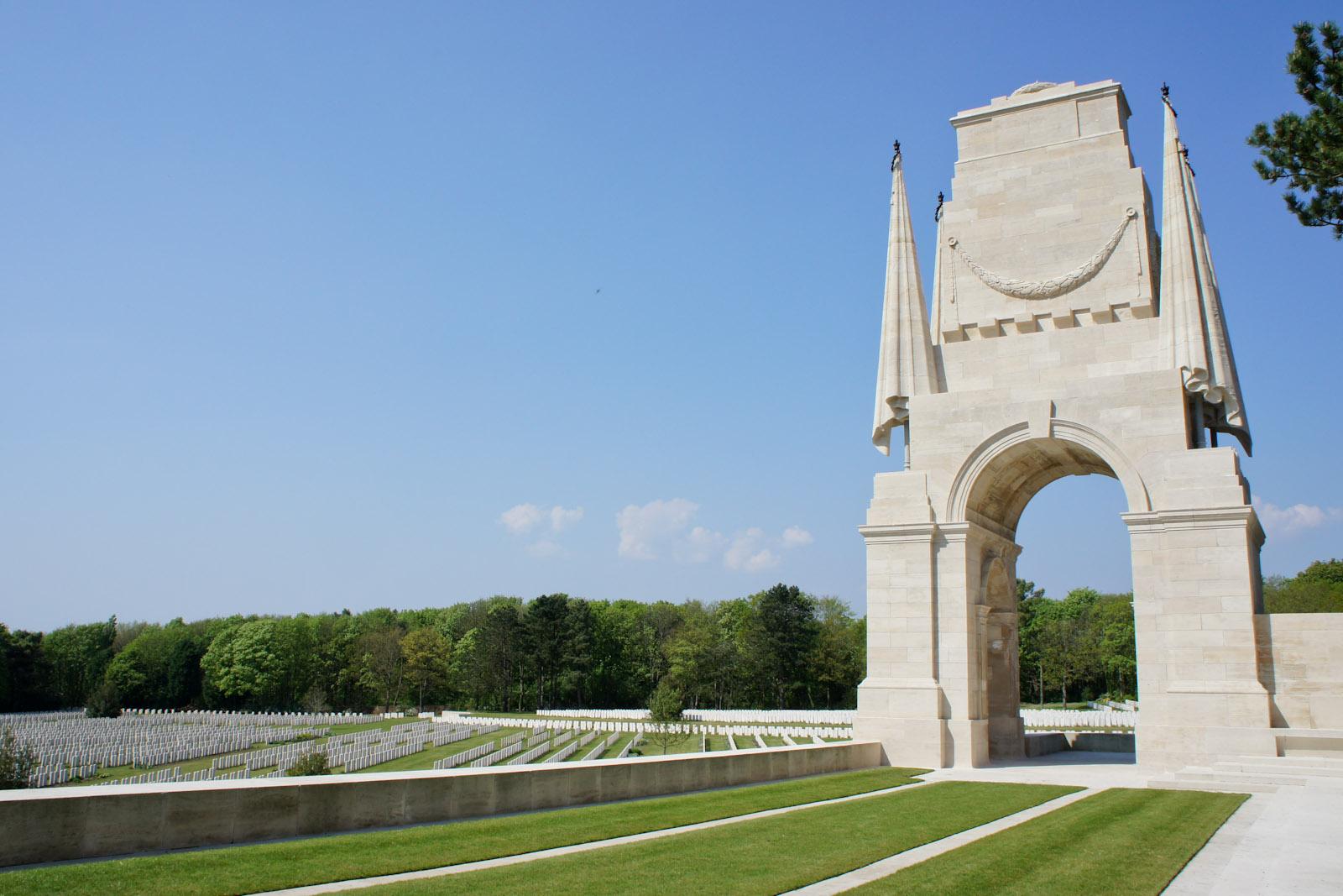 Klasycystyczny cmentarz brytyjski z 1 WŚ, Étaples, Francja, arch. Edwin Lutyens
