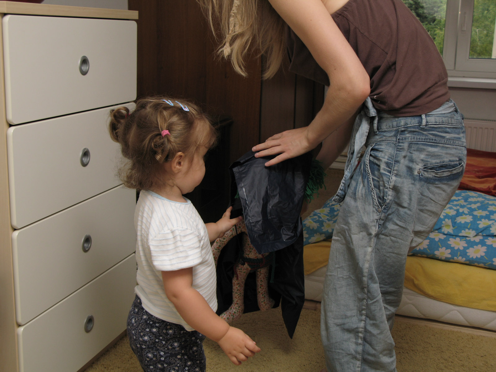 Hanne, Zuza (Bronek\'s niece) and Lala (the doll) play hide and seek