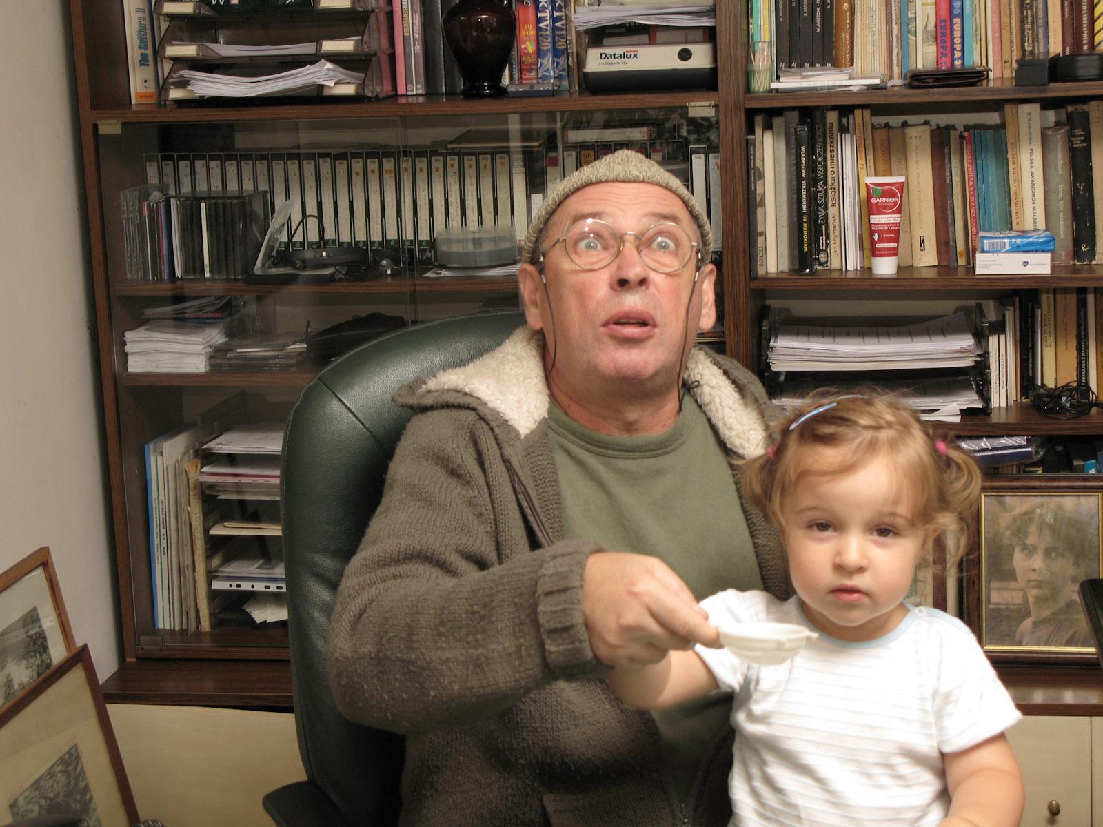 Zuza (nichtje van Bronek) en haar opa Marek spelen gooien oude munten